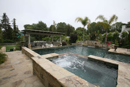 Rolling Hills Vanishing Edge Pool with Spa Water Feature    Outdoor Living Room 1